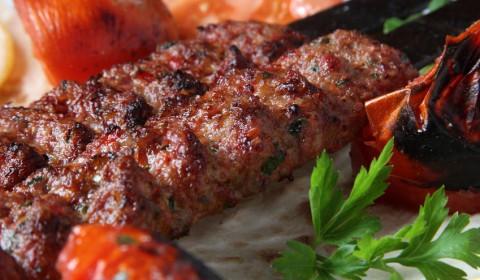 Adana Kebap mit Salat